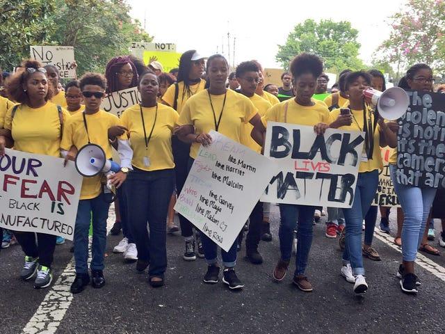 라 주에서의 교훈 : 학생들이 경찰 살해에 항의하는 길을 인도하게하십시오