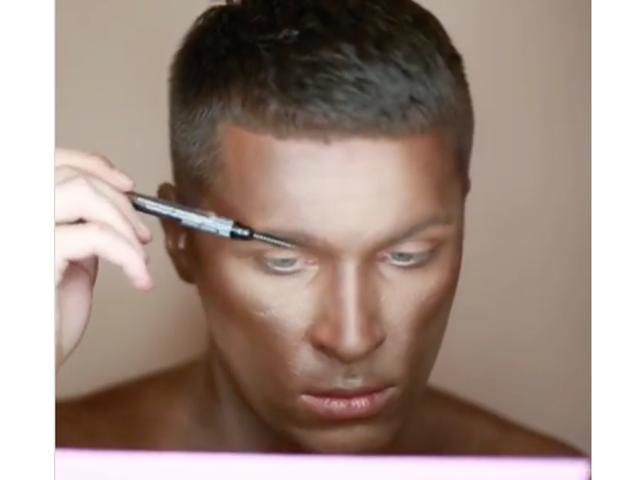 ¿Porque te gusta esto?  Artista de maquillaje blanco sediento dobla abajo en Blackface