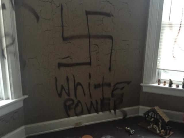 ओहियो परिवार के घर ट्रैश;  स्वास्तिक और 'व्हाइट पावर' दीवारों पर स्प्रे-पेंट