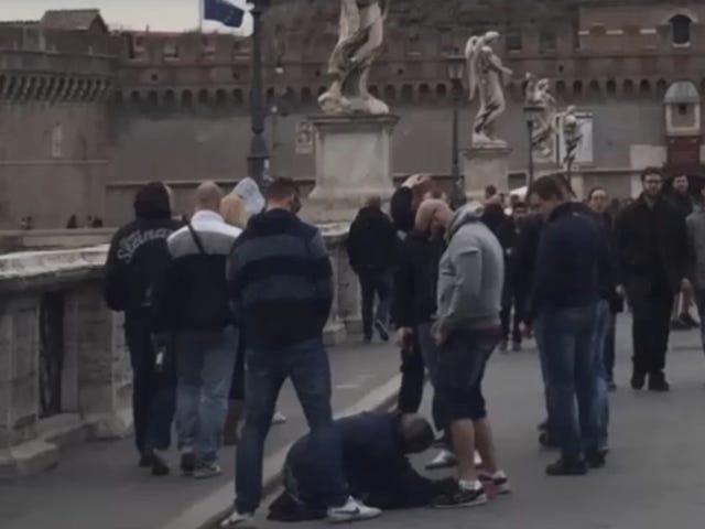 Roman Politikacılar, Evsiz Kadına İşeyen Sözde Futbol Taraftarının Videosu Öfkeli