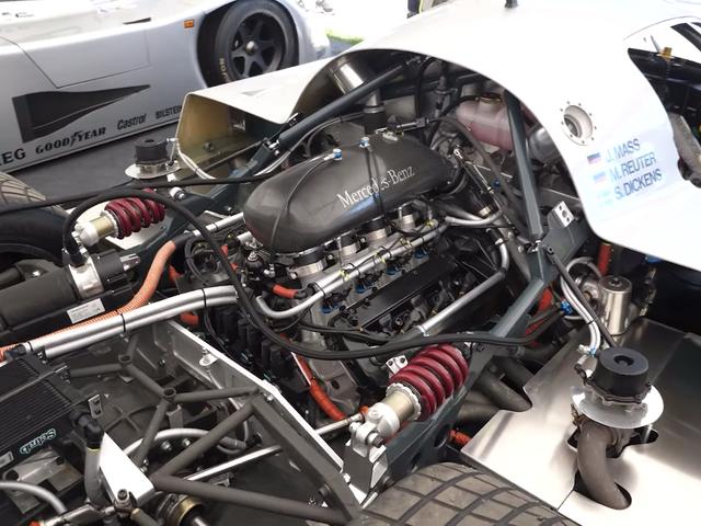 यहाँ एक 800 HP 1989 Sauber- मर्सिडीज ले मैंस कार में सभी आधुनिक तकनीक छुपी हुई है