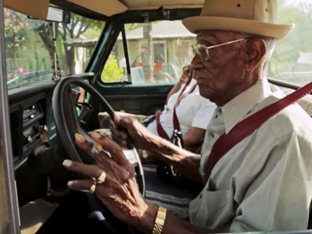 Tämä 110-vuotiaan toisen maailmansodan veteraani edelleen ajaa hänen Pickup Truck