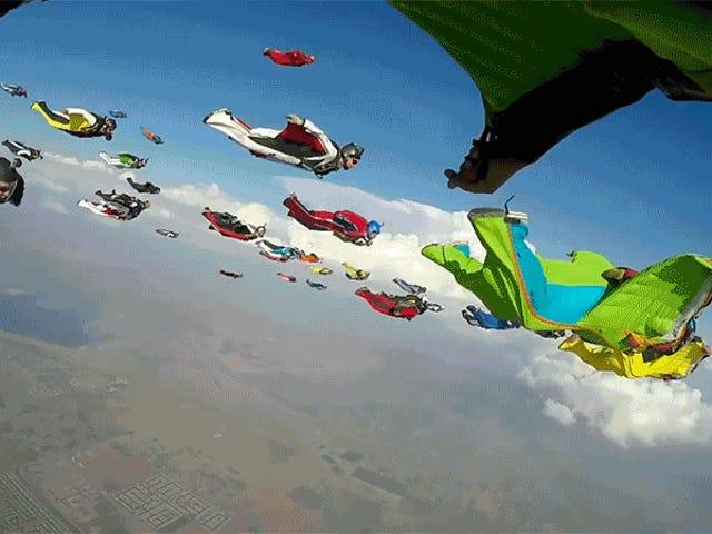 En flok 61 Wingsuiters i fly ser ut som en luftbåren invasjon