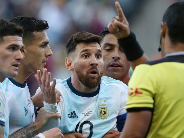 Overeager Ref ส่ง Messi Off เพื่อไม่ตอบโต้กับ Gary Medel ของชิลี