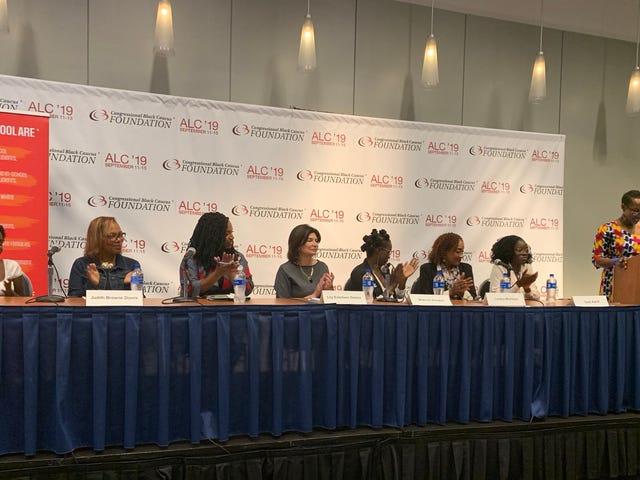 Ayanna Pressley presenta legislación para poner fin al 'empuje' de las chicas negras
