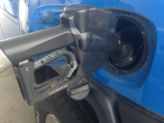 La verdadera razón por la que nunca deberías usar tu auto cuando tiene poca gasolina en el depósito