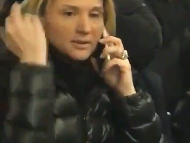 Sa Huling Minuto na Bid para sa Karamihan sa Basura Becky ng 2018, White Woman Hurls Racial Slurs at Assaults Asian Woman sa Train