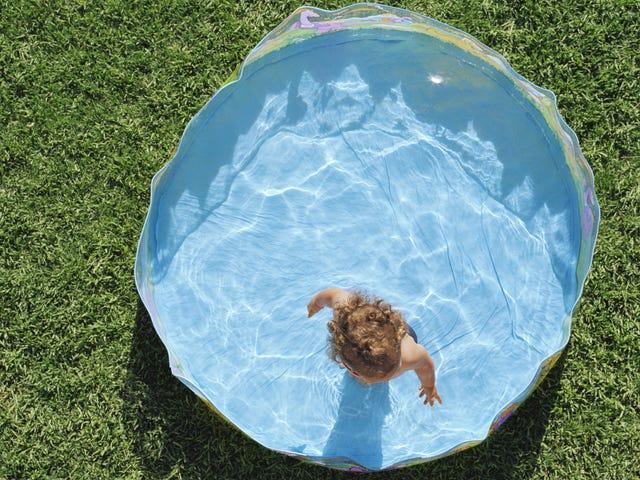 Umieść naklejki antypoślizgowe w basenie dla dzieci