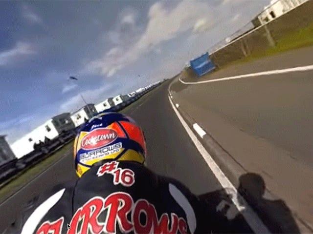 Thực hiện một chuyến đi thót tim trên lưng chiếc xe máy nhanh vô lý này