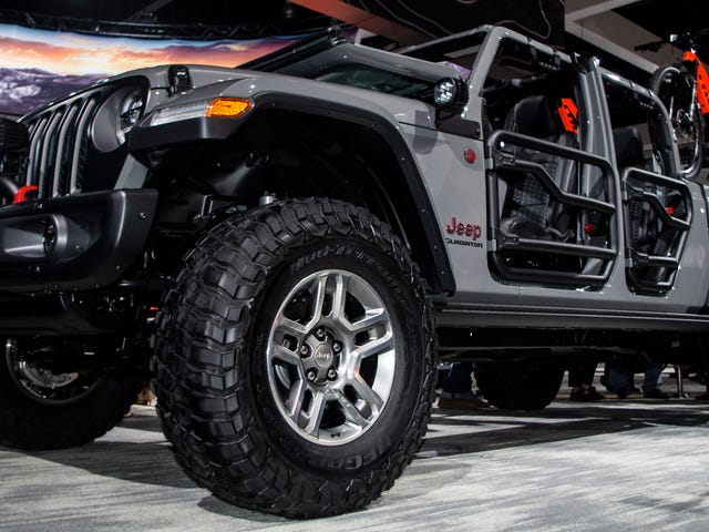 Here's What The 2020 Jeep Gladiator Pickup Looks Like With a Lift and 35 Inch Tires