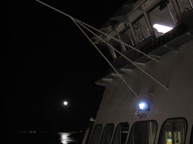 Viaje en un ferry nocturno a casa desde Acción de Gracias con una gran luna llena: haga un viaje seguro, sea cual sea su modo