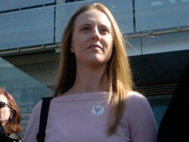 デボス市民権事務所の指名権者は、一度彼女が白人であると差別されたと主張しています