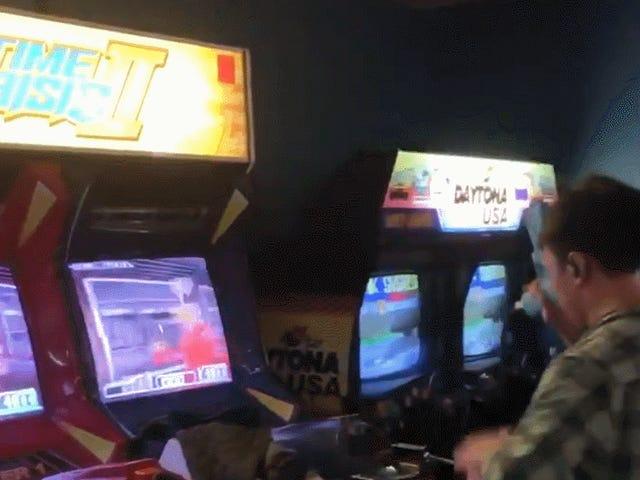 मैन मास्टर्स टाइम क्राइसिस, एक बार में दो स्क्रीन पर खेल रहा है