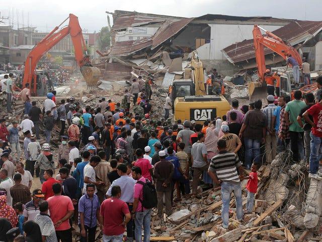 Почти 100 мертвых, как сильные землетрясения в Индонезии