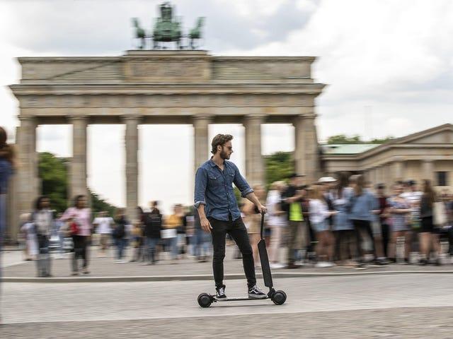 ऑडी आपको एक इलेक्ट्रिक स्कूटर बेचना चाहता है जिसे आप अपने ट्रंक में चार्ज कर सकते हैं