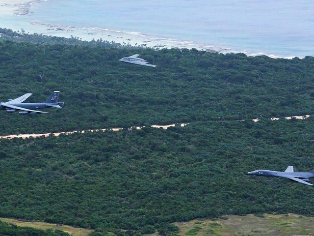 De grootste bommenwerpers van de Amerikaanse luchtmacht vlogen samen in Azië met hun eerste formatie