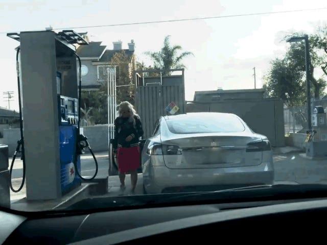 Esto es lo que pasa cuando llevas un Tesla a la gasolinera y no sabes que es eléctrico
