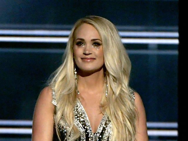 Η Carrie Underwood παρουσιάζει το πρόσωπό της ξανά <em></em>