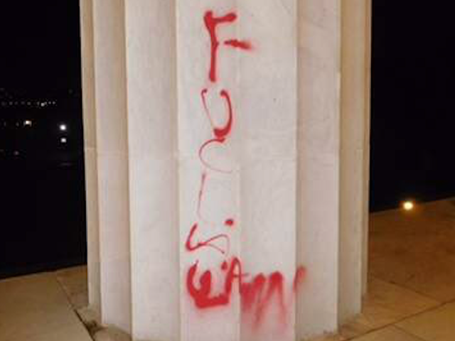Este Graffiti Memorial Lincoln é ou islamapóbio, anti-policial ou absurdo total
