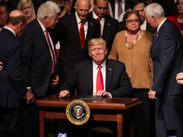 キューバへのその旅行について...トランプはオバマ政策にもう一つの打撃を届けます、島への旅行の制限を発表