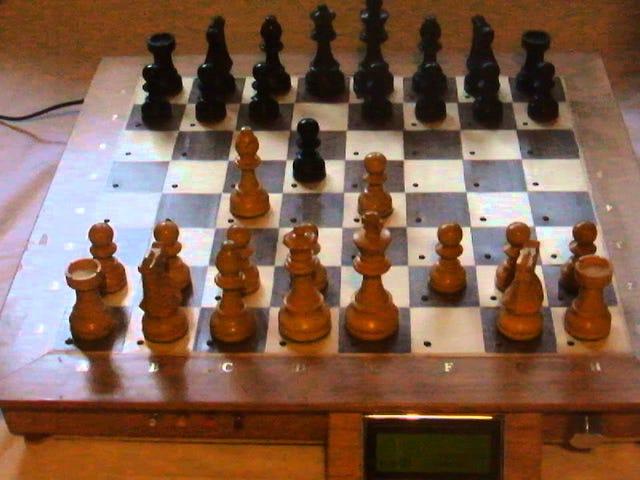 Bàn cờ vua DIY này cho phép bạn chơi với một cỗ máy trên một bàn cờ thật