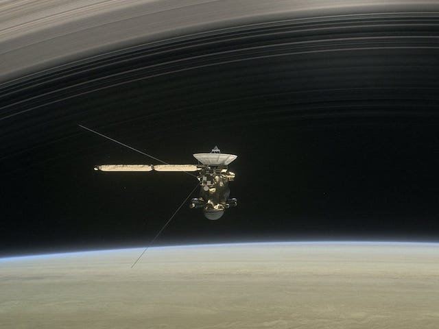 La sonda Cassini navega ya entre los anillos de Saturno: así será su gran final