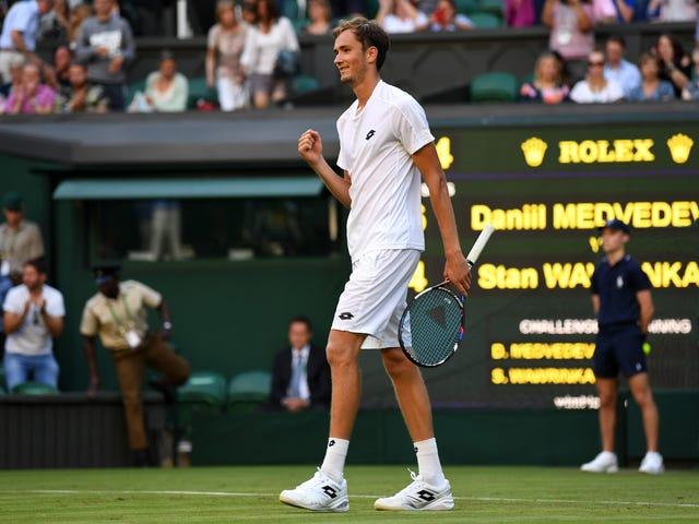 Daniil Medvedev menee alas Wimbledonissa, heittää rahaa Umpiren puheenjohtajalle