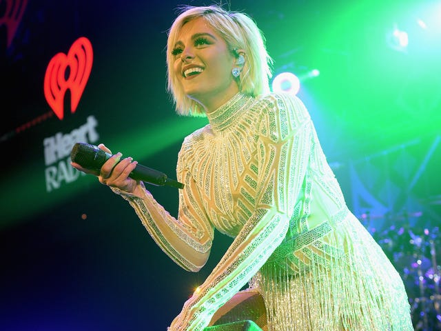 Bebe Rexha, Size 8, 일부 디자이너는 그녀가 '너무 큽니다'때문에 Grammys를 위해 드레스하지 않을 것이라고 말합니다.