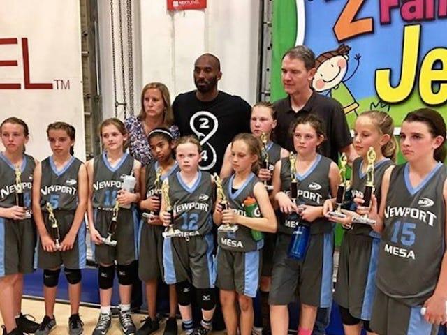 Kobe Bryant encuentra salida para la agresión pasiva en el equipo de baloncesto juvenil
