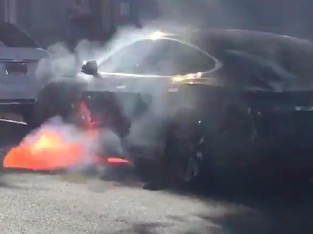 GM Menawarkan Bolt EV Untuk Pelakon 'Sayap Barat' Selepas Model Tesla Suami Nya Meletupkan Ke Flames