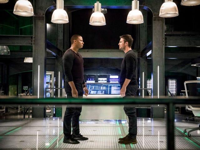 Diggle wychodzi, by zaczerpnąć trochę powietrza, a wraz z nią trochę przejrzystości dla <i>Arrow</i>