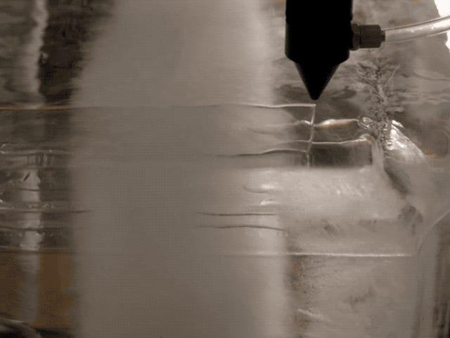 Esto es lo que sucede і intentas cortar un bloque de hielo con un láser de alta potencia