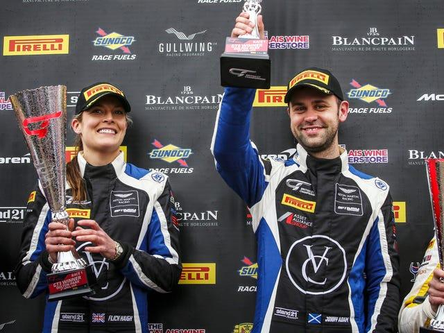 Flick Haigh diventa la prima donna ad aggiudicarsi la vittoria assoluta in una delle serie di auto sportive della Gran Bretagna