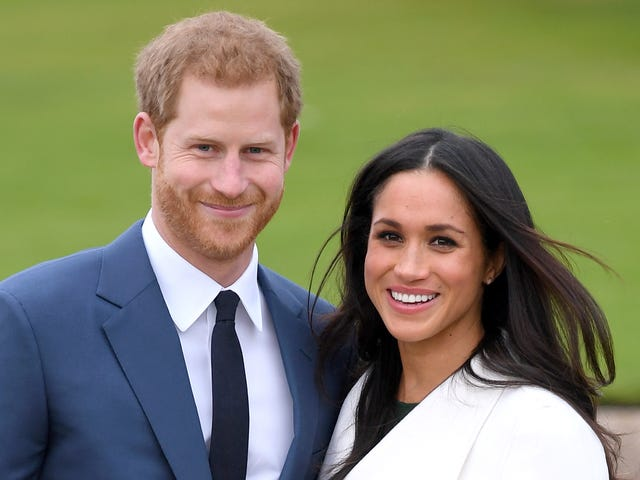 Go ahead, try and unsee this life-sized Harry and Meghan, rendered in cake