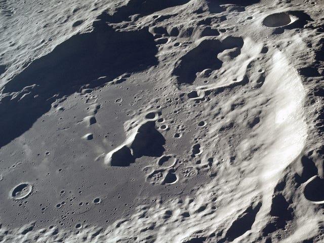 Hallan indicios de un enorme objeto metálico enterrado en el polo sur de la Luna, posiblemente un meteorito