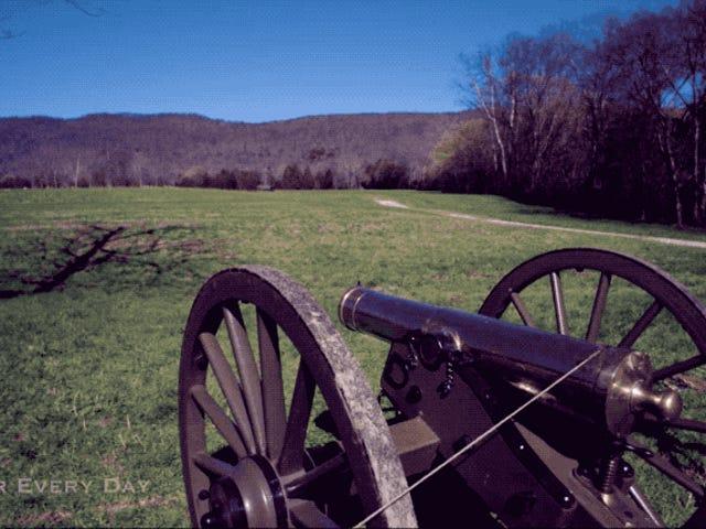 La spettacolare onda de choque de un cañón de artillería antiguo, vista a cámara superlenta
