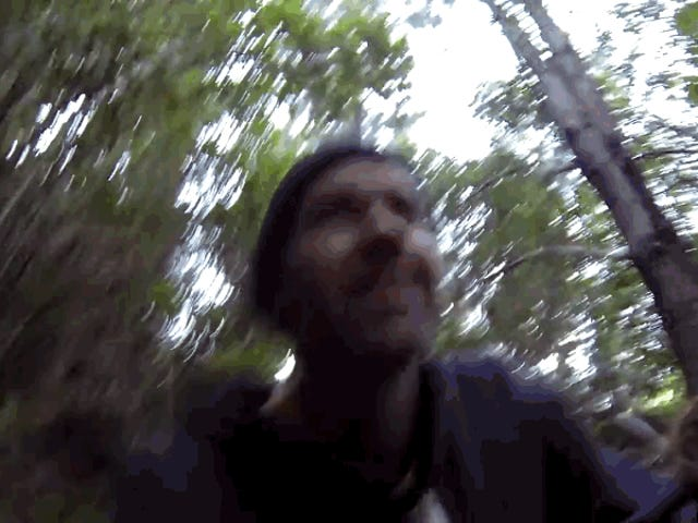 Tìm một máy xúc bị bỏ hoang trong một khu rừng 16 năm trước.  Đi ra ngoài với máy xúc đang chạy
