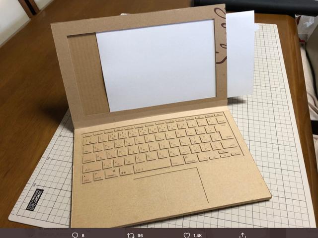 Mutter macht Papp-Laptop für ihre 4-jährige