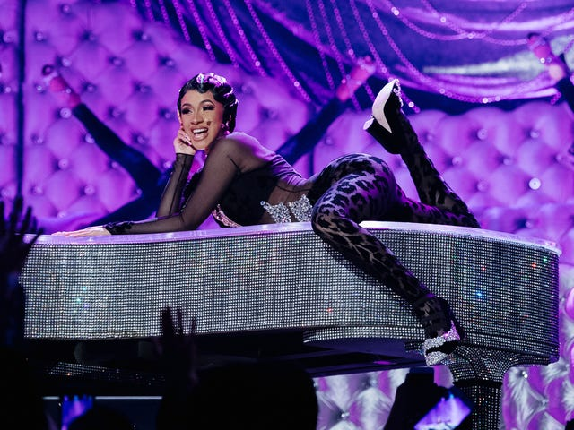 Cardi B dành cho Selena, phá vỡ kỷ lục tham dự mọi thời gian của Garth Brooks tại RodeoHouston
