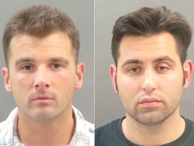 2 명의 남자. 계란을 던진 후에 체포 된 남자들, 인종 차별적 소리를 외치다.