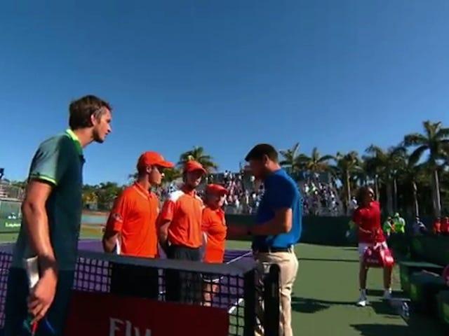 """Tennis Vauva Naudanliha johtaa yksi pelaaja kertoo toisen """"Shut Your Fuck Up"""""""