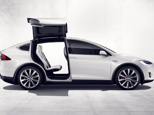 Tesla est juste une sorte de stationnement d'un modèle X dans un magasin de vêtements maintenant
