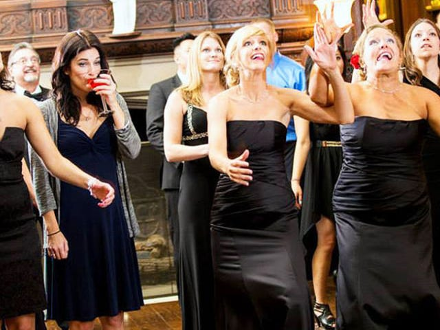 This DGAF Strategy Is the Only Way to Win the Dreaded Bouquet Toss