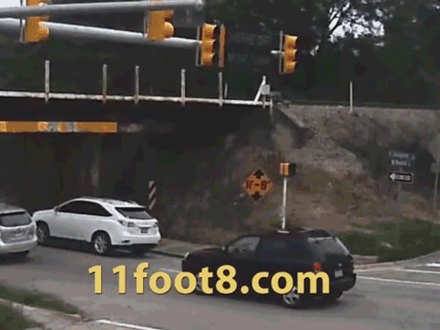 Foolish Truck ha tutte le opportunità per non crollare in Low-Ass Bridge