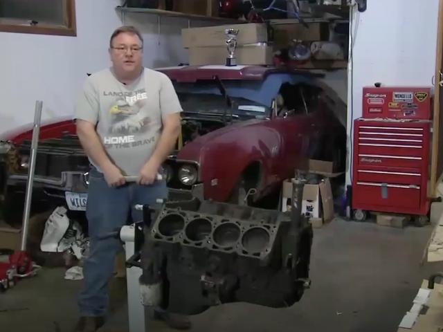 Natagpuan ng Tao ang Ring sa Kasal Nawala sa loob ng Oldsmobile Engine 45 Taon Ago