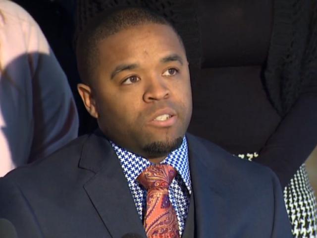 「白い都市」の最初の黒人警察官は彼が一年中人種差別的な虐待に苦しんだと言います