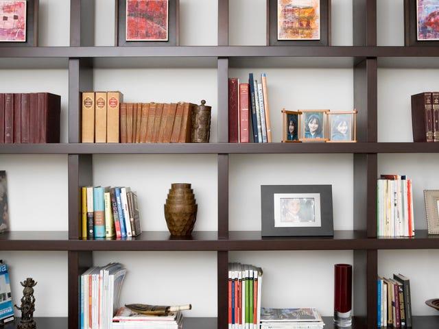 बस किताबों से अधिक के साथ एक बुकशेल्फ़ कैसे सजाने के लिए