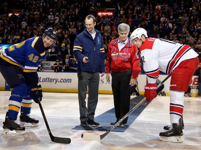 """Los fanáticos cantan """"Kroenke chupa"""" mientras que los azules y los cardenales envían un mensaje desde St. Louis"""