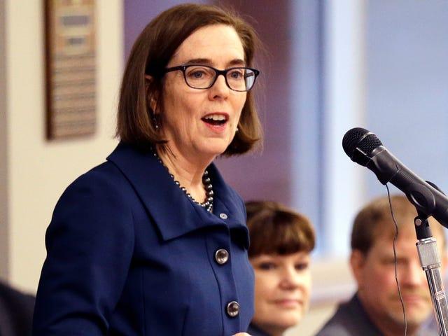 Der Gouverneur von Oregon unterzeichnet eine Netto-Neutralitätsrechnung mit den Mittelschülern, die für seine Passage gekämpft haben <em></em><em></em>