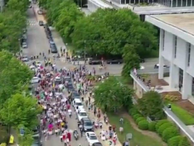 La vida viene rápido: las pruebas de manifestantes contra el bloqueo son positivas para COVID-19